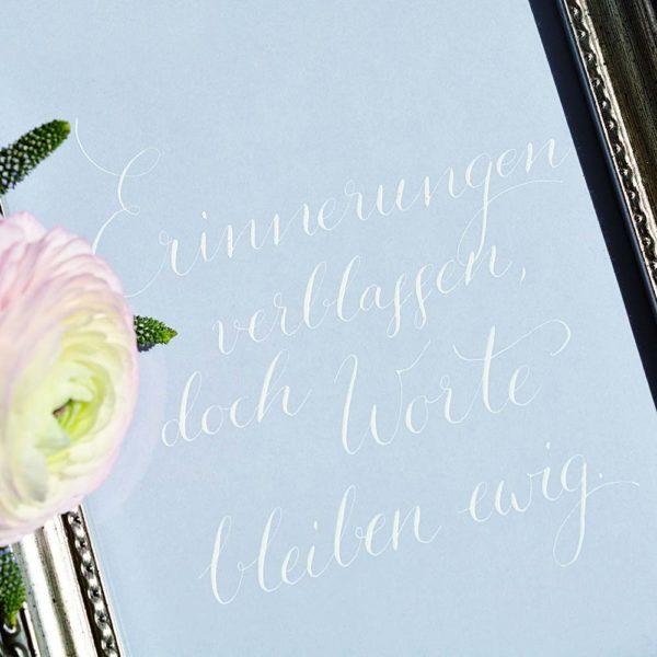 Spruch mit weißer Kalligrafie-Tinte