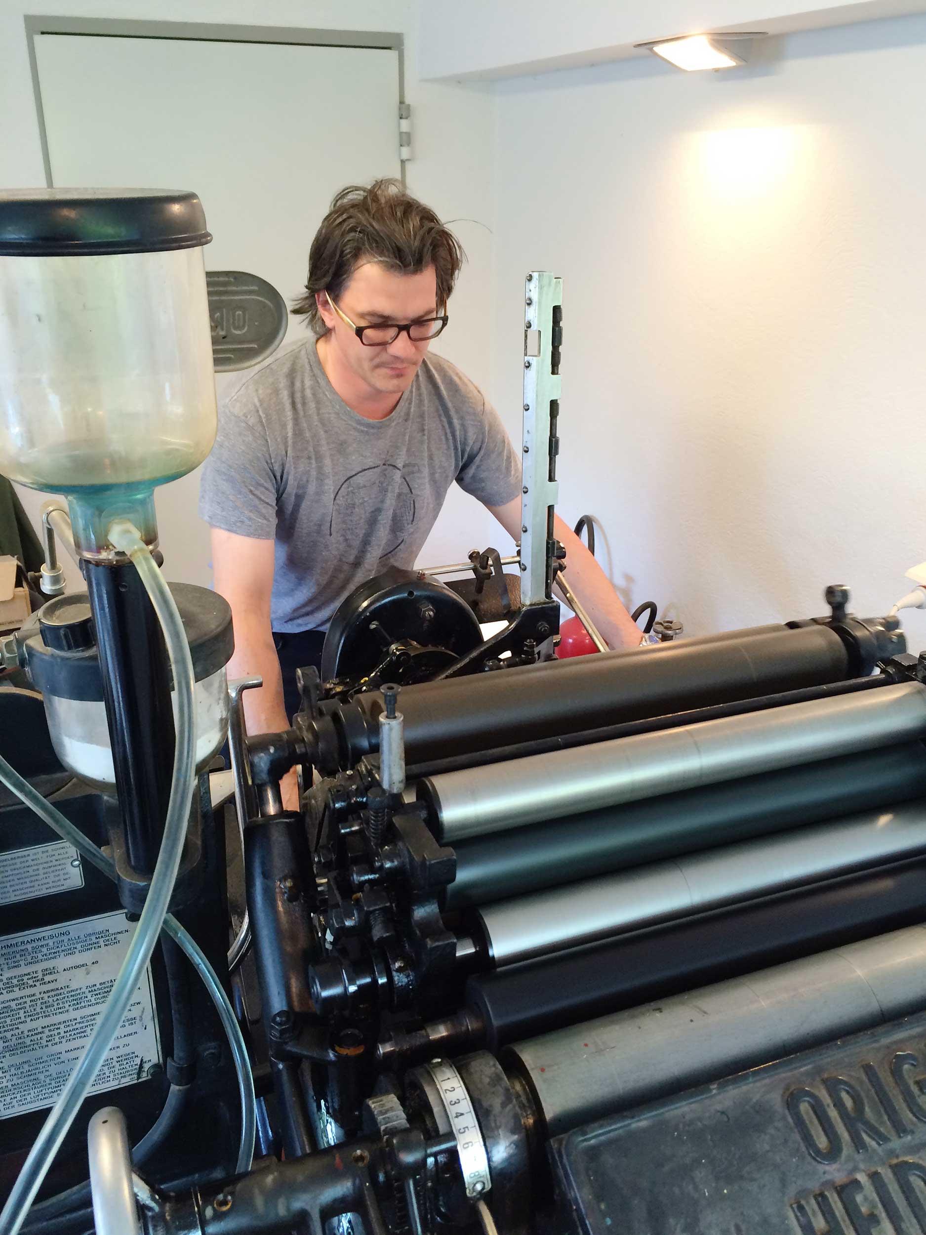 Letterpress-Druckvorgang auf einem Heidelberger Tiegel
