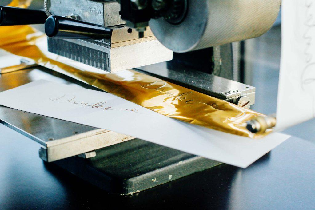 papierliebe-folienpraegung-heissfolie-gold-goldpraegung