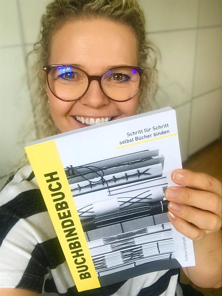 Katja Haas mit Buchbindebuch von Stefanie Schafzahl