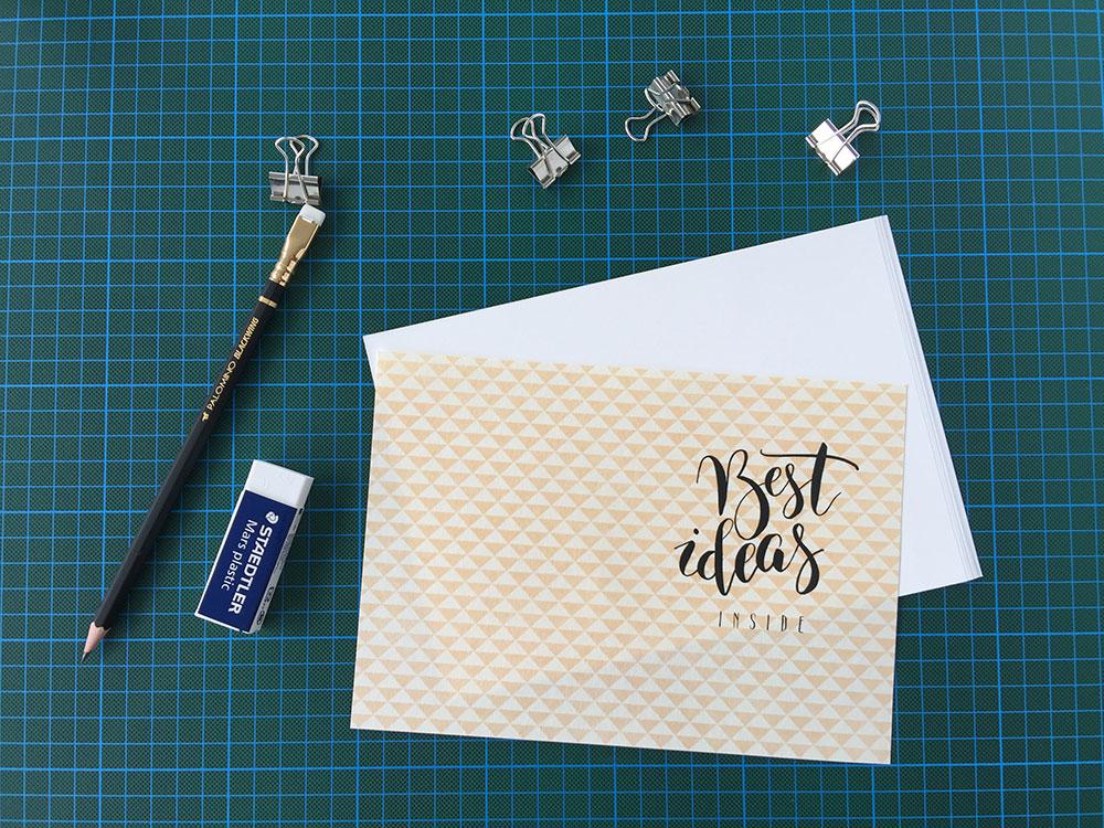 Schneide dein Papier (Umschlag & Innenseiten) auf das gewünschte Format zu.
