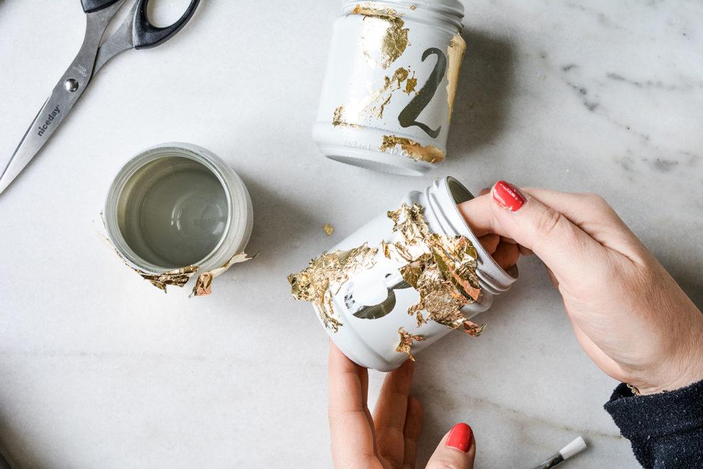 Adventkranz –Restliches Blattgold mit dem Pinsel entfernen