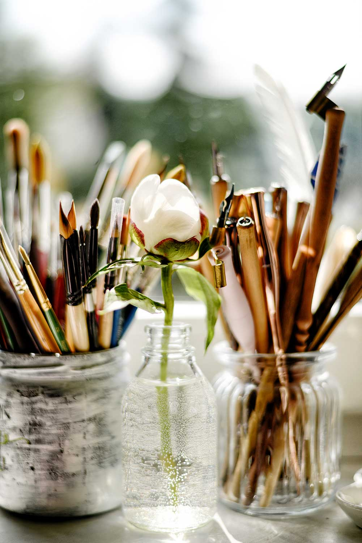 Pinsel, Kalligrafiefeder & Pfingstrose